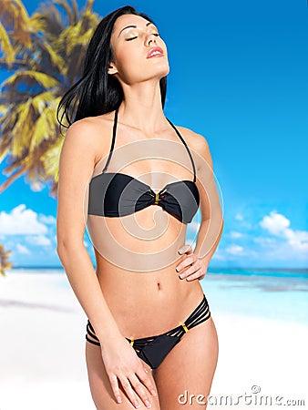 Kvinna i bikini på stranden