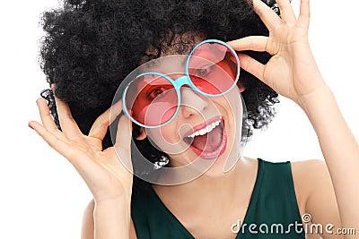 Kvinna med afro och exponeringsglas