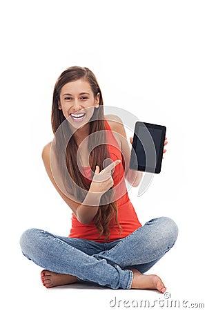 Kvinna med den digitala tableten