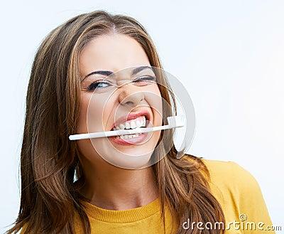 Kvinna med den toothy borsten
