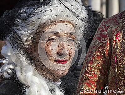 Kvinna med en skyla Redaktionell Arkivbild