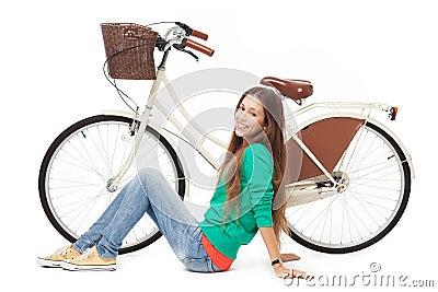 Kvinna med henne cykel