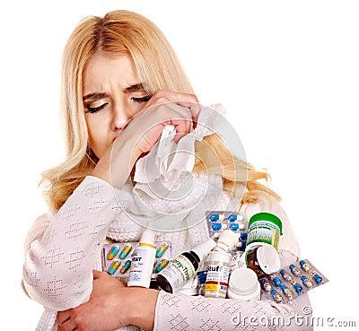Kvinna med näsduken som har förkylning.