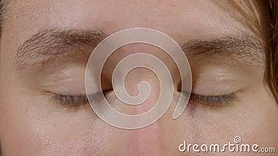 Kvinna med sömniga ögon lager videofilmer