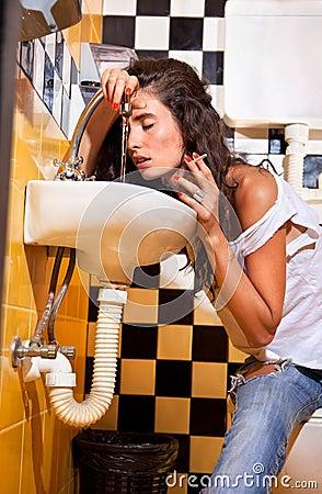 Kvinna med sjukdom in i toalett.