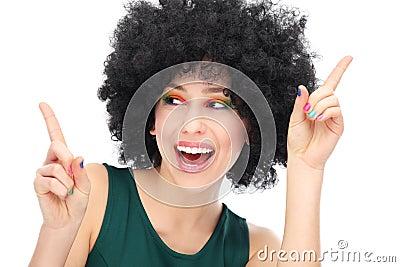 Kvinna med svart afro skratta för wig
