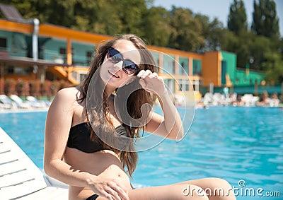 Kvinna nära simbassäng