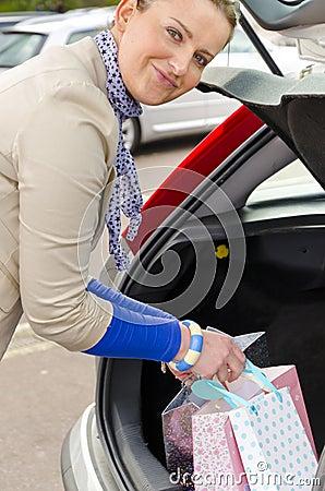 Kvinna och bil