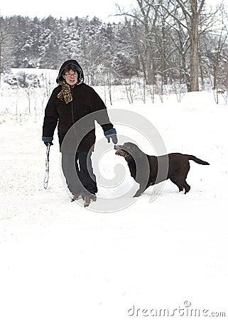 Kvinna och en Labrador Retriever