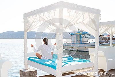 Kvinna på meditationen vid havet