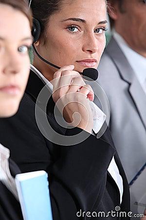 Kvinna som använder hörlurar med mikrofon