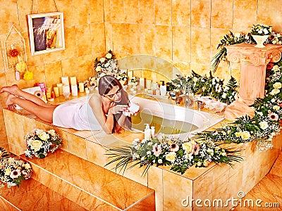 Kvinna som applicerar fuktighetsbevarande hudkräm.