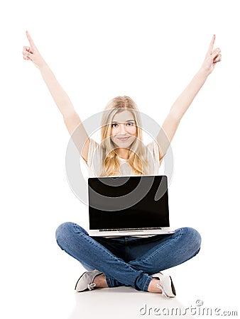 Kvinna som arbetar på en bärbar dator