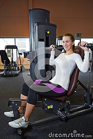 Kvinna som gör tillbaka övningar