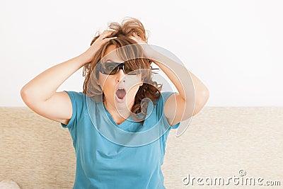 Kvinna som håller ögonen på TV:N 3D i exponeringsglas