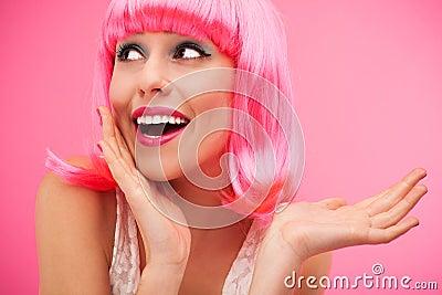 Kvinna som ha på sig den rosa wigen