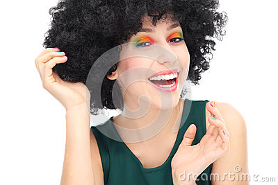 Kvinna som ha på sig den svart afro wigen