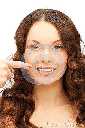 Kvinna som pekar på hennes toothy leende