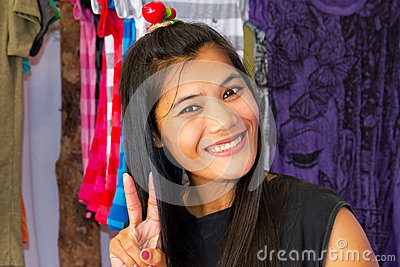Kvinna som säljer kläder på marknadsföra i Thailand Redaktionell Arkivfoto
