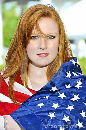 Kvinna som slås in i en flagga