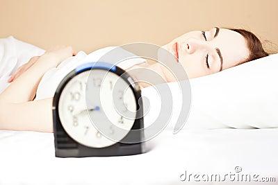 Kvinna som sovar i säng (fokusera på kvinna),