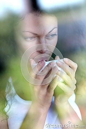 Kvinna som stirrar på fönstret