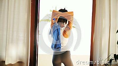 Kvinna som sträcker i balkongen 4k lager videofilmer