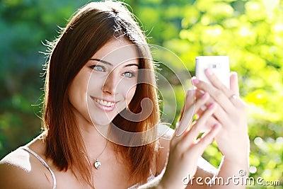 Kvinna som tar fotoet av henne