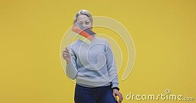 Kvinna som viftar tysk flagga arkivfilmer