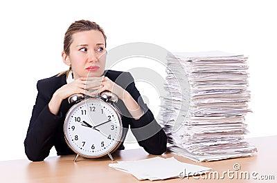 Kvinnaaffärskvinna med klockan