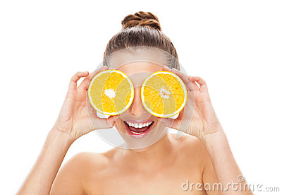 Kvinnaholdingapelsiner över ögon