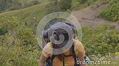 Kvinnaklättring på bergslinga, medan fotvandra turnera Moutain turbegrepp arkivfilmer