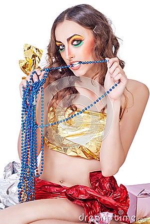Kvinnamodell med ljust smink och pärlor