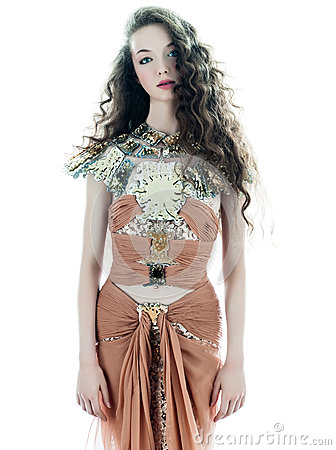 Kvinnan danar den sleeveless klänningen för den bruna silk sommaren