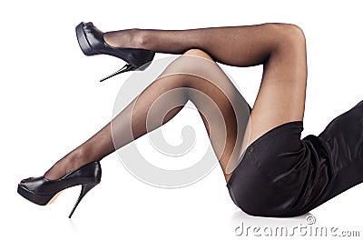Kvinnan med högväxt lägger benen på ryggen