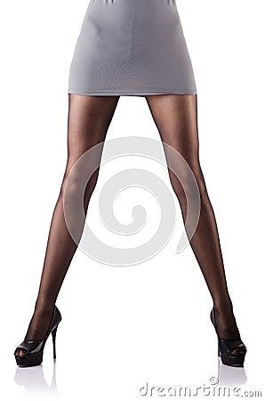 Kvinnan med högväxt lägger benen på ryggen isolerat