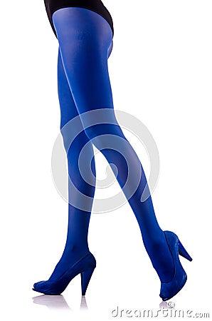 Kvinnan med long lägger benen på ryggen