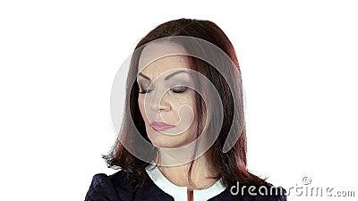 Kvinnan tänker, och hon har en idé i hennes huvud Vit bakgrund stock video