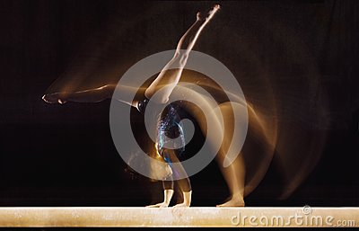 Kvinnlig gymnast i rörelse