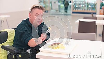 Kvinnor med funktionshinder som äter lunch på kontoret kafeteria under en paus stock video