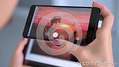 Kvinnor som använder smarta telefoner och surfplatta med AR-program - samtida konst lager videofilmer