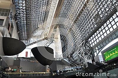 KYOTO, GIAPPONE - 27 OTTOBRE: La stazione di Kyoto è trai del Giappone il secondo più grande Immagine Editoriale