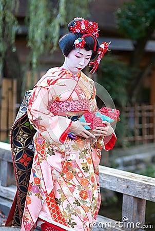 KYOTO, GIAPPONE - 8 NOVEMBRE 2011: Giovane Maiko Immagine Editoriale