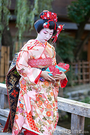 KYOTO, JAPON - 8 NOVEMBRE 2011 : Jeune Maiko Image éditorial