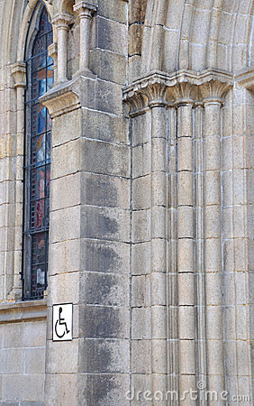 Kyrkan inristar delväggen