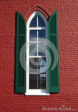 Kyrkligt rött fönster