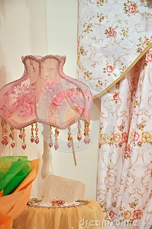 Lámpara y cortina rosadas