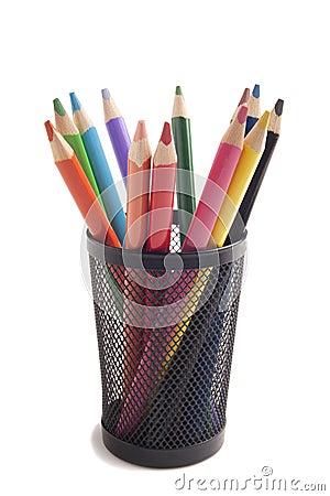 Lápices del color en florero del metal