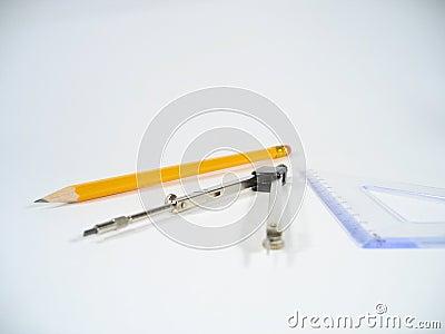 Lápis, pares de compassos e quadrado ajustado