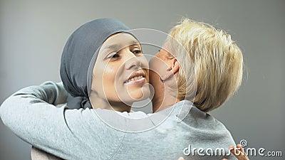 Lächelnde Frau mit Krebs, der ihre Freundin umarmt, hoffen für Heilung, Unterstützung stock video
